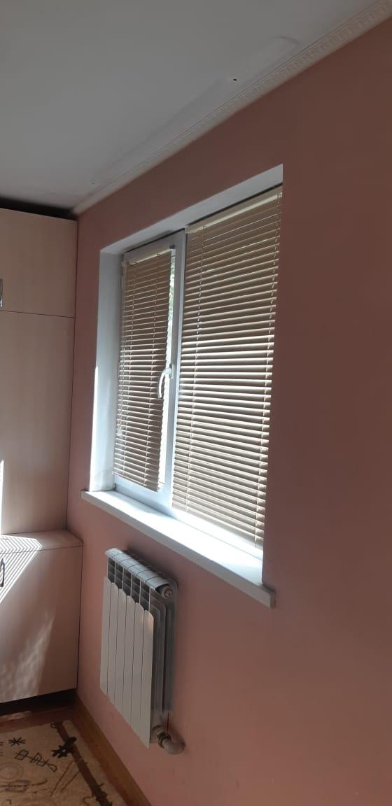 горизонтальные жалюзи на створку окна ПВХ в комнату