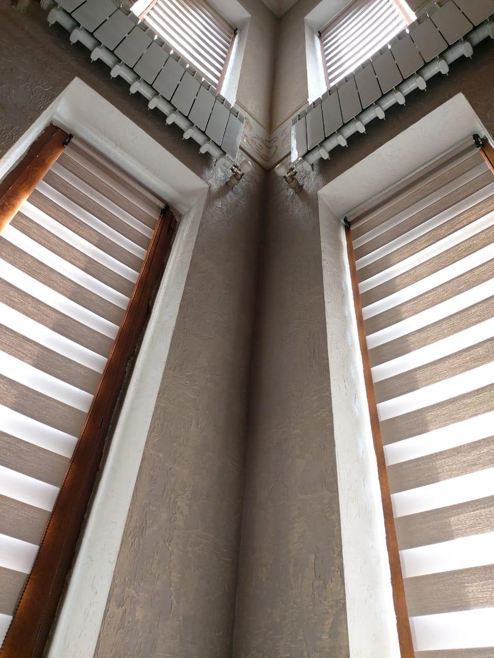 шторы зебра на лестничный пролет в административном здании